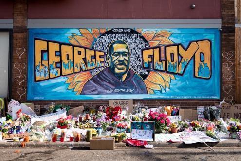 Memorial de George Floyd repleto de homenagens e com seu rosto e nome pintados em um mural