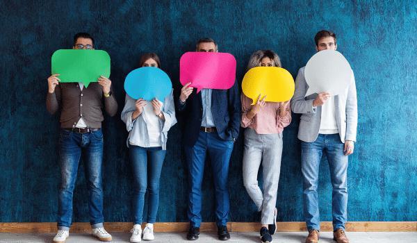 Cinco pessoas diversas segurando balões de fala
