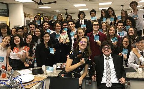 Jovens lado a lado ao final do Debatendo 2019
