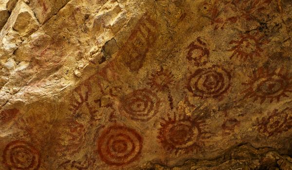Pinturas rupestres e símbolos em caverna