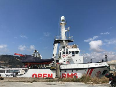Open Arms barco en el puerto de Barcelona