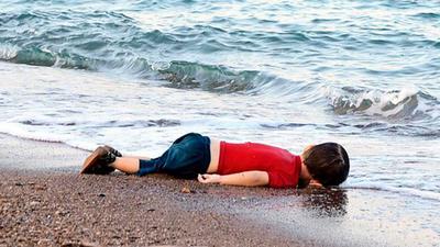 et lille barn er druknet på vej til Europa